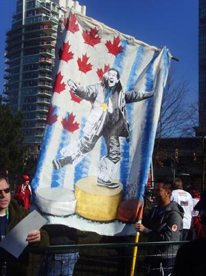 Colbert의 그림이 그려진 깃발을 들고 서 있는 팬