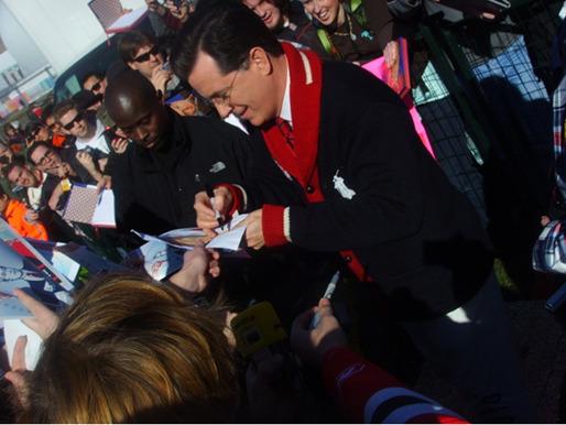 무대 밖 팬들에게 따뜻하게 싸인을 해주는 Stephen Colbert