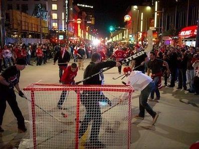 그랜빌 스트리트에서 벌어진 진짜 '미국인'과 '캐나다인'의 길거리 하키 경기