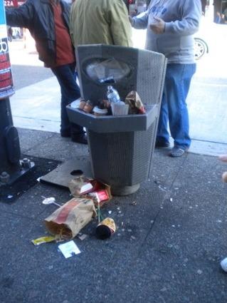 쓰레기로 넘쳐나는 쓰레기통