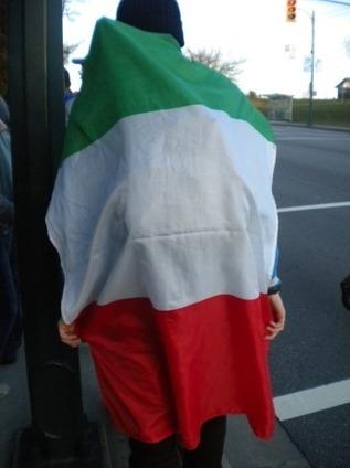 멕시코 국기를 등에 두르고 길을 가는 사람