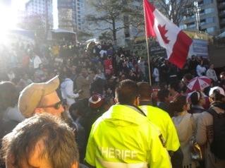 밴쿠버 시내를 가득 메운 수많은 인파