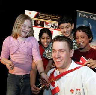 캐나다 운동선수와 만나고 있는 시민들