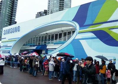 삼성 OR@S 앞에서 기다리고 있는 사람들