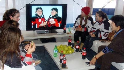 삼성 올림픽 홍보관(OR@S)소파에 앉아서 이야기하는 소녀 아이스하키 선수들