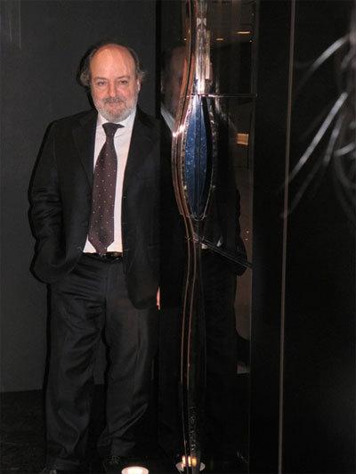 지펠냉장고 옆에 서있는 마시모 주끼