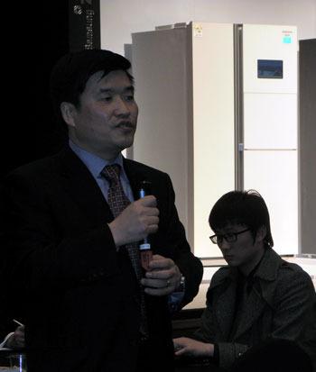 발표회에서 질문하고 있는 기자의 모습