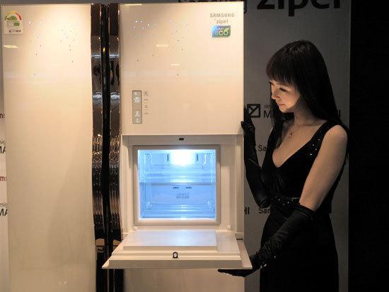 도우미가 제펠 마시모 주끼를 열어주고 있는 모습
