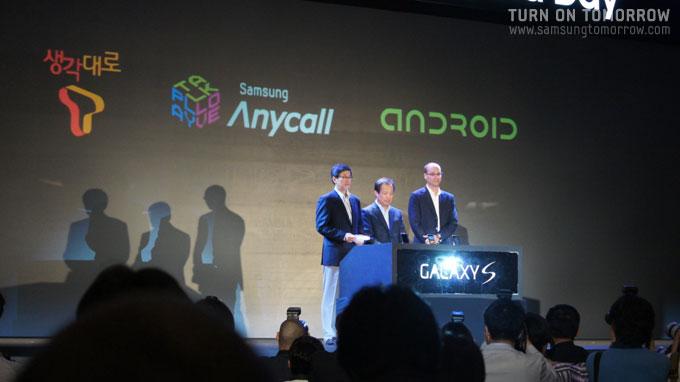 삼성전자, SKT, 구글 3사의 로고를 갤럭시S에 새기는 퍼포먼스
