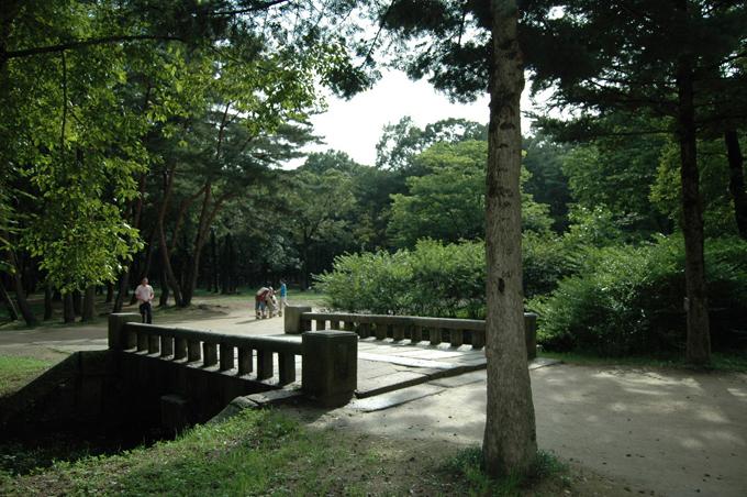 융릉으로 향하는 입구의 돌다리입니다. 단아한 한국의 미를 엿볼 수 있습니다.