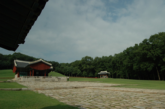 융릉의 좌측 수랏간에 걸터 앉아 찍은 융릉의 전경. 저 멀리 비각이 보입니다.