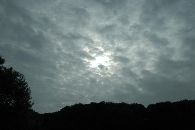 산책로 중앙에서 찍은 구름에 가린 태양 사진. 멋있나요?
