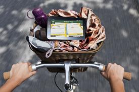 자전거 위에 갤럭시 탭을 놓고 구글지도를 사용 중인 모습