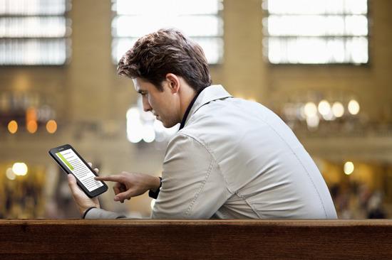 갤럭시 탭으로 E-BOOK을 읽는 모습