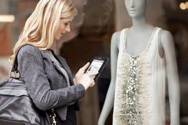 쇼윈도에 보이는 옷의 정보를 구글검색으로 확인하는 모습