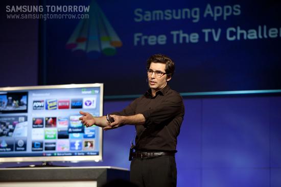 발표회에서 삼성 스마트 TV를 설명하고 있다