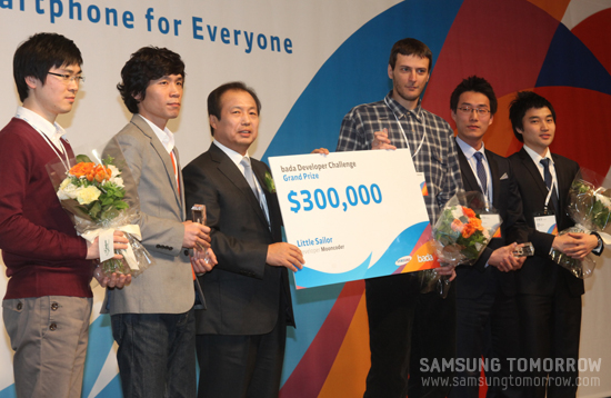 바다 개발자 챌린지 수상자가 상금을 전달받고 있다