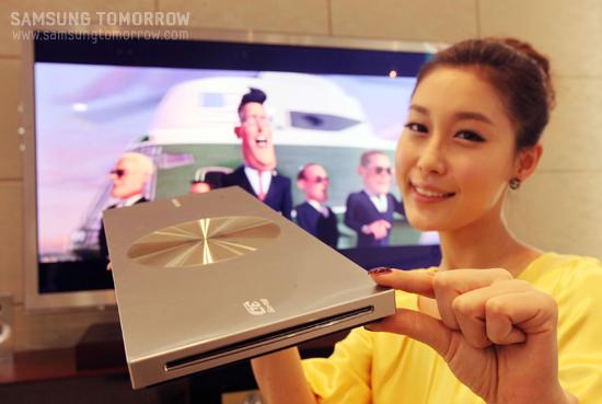 모델이 삼성전자 블루레이 플레이어를 보여주고 있다