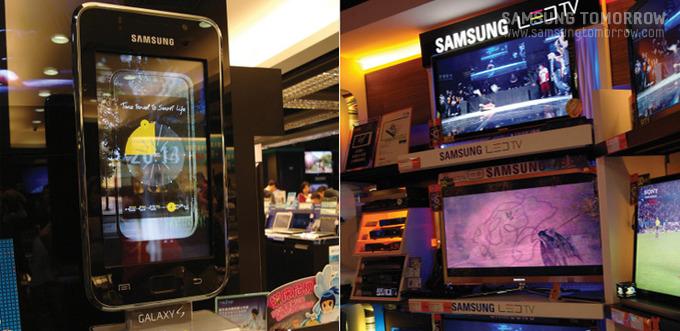 커다란 갤럭시S 모형과 전시되어있는 LED TV
