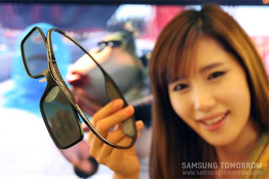 모델이 삼성전자 3D안경을 선보이고 있다