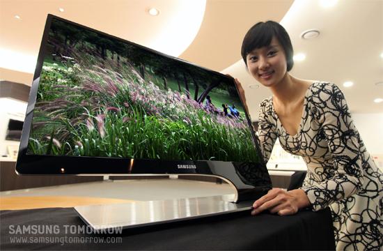 모델이 삼성전자 3D LED 모니터를 선보이고 있다