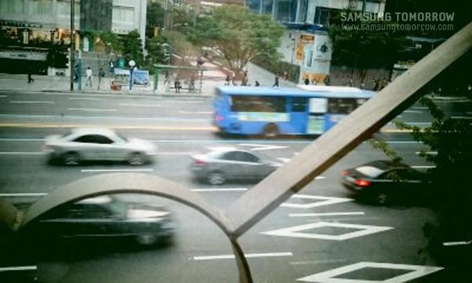 Portra효과로 지나가는 차들을 촬영