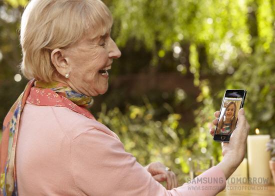 손녀와 영상통화를 하고 있는 할머니의 모습