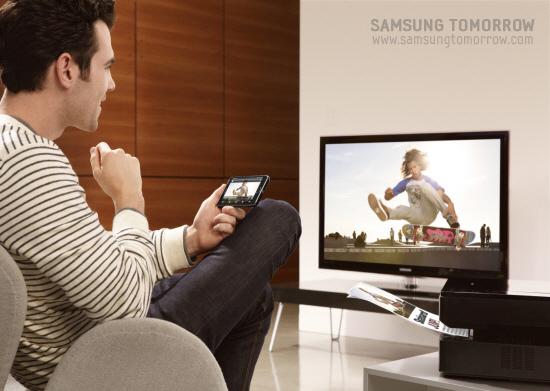 TV와 똑같은 화면을 갤럭시S2로 보고 있는 모습