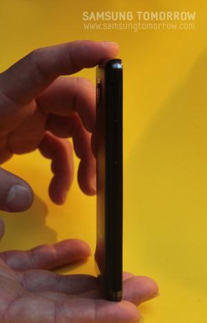 손가락 한마디도 안되는 갤럭시S2의 얇은 두께