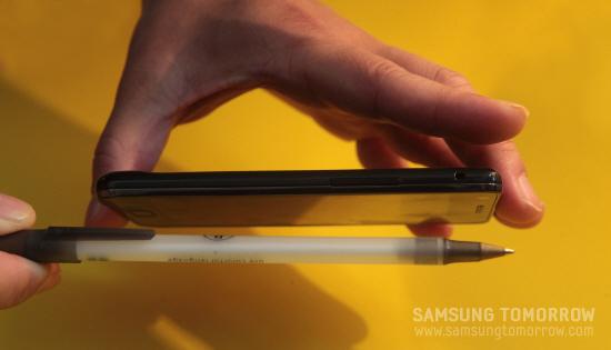 갤럭시S2의 두께를 볼펜과 비교