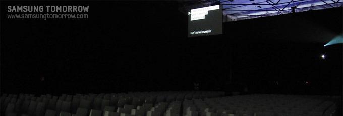 청중석 뒤쪽에 설치된 프롬프터