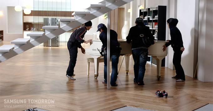 소품 피아노를 옮기는 모습