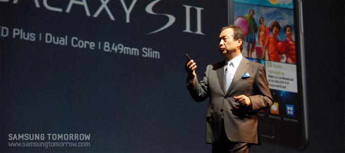 신종균 사장님이 갤럭시S 2를 직접 전 세계 최초로 선보이고 있느 모습