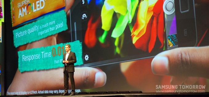 갤럭시S2 제품 스펙에 대한 설명을 하고 있는 사회자