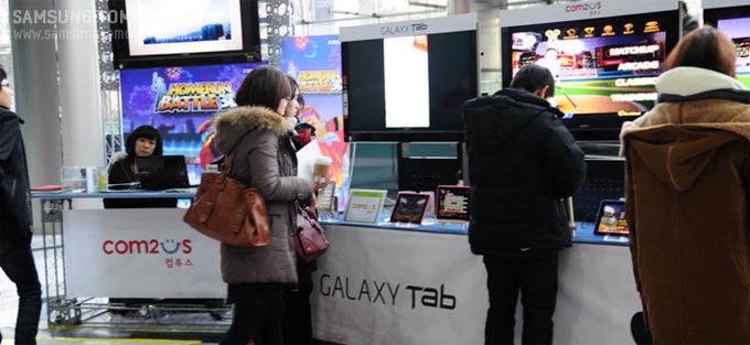 컨퍼런스 로비에 체험할 수 있도록 전시되어 있는 태블릿 PC들