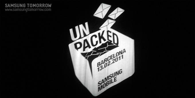 삼성전자 모바일과 Unpacked 로고가 새겨진 검은색 대형커튼