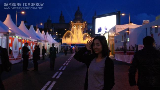 Fira de Barcelona의 야경을 배경으로 스토리텔러가 기념사진을 찍고있다