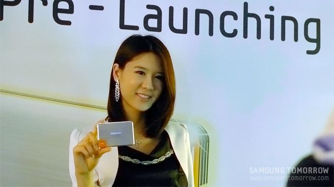 SSD470을 들고 있는 모델