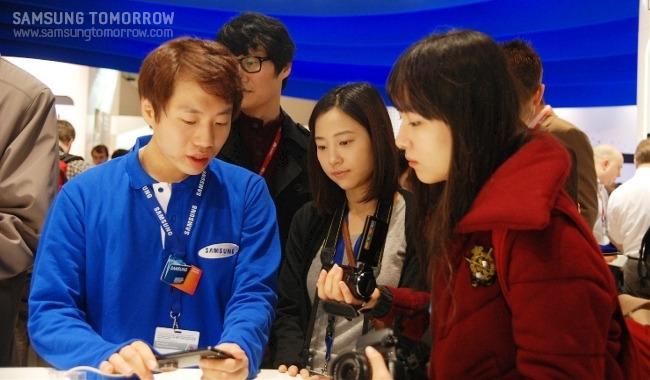 스토리텔러들이 삼성 부스에서 직원의 설명을 듣고 있다