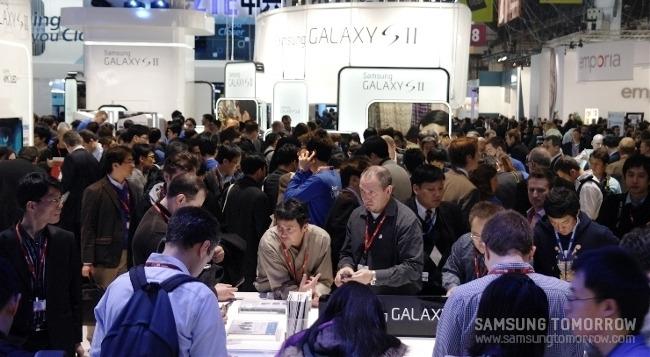 삼성 부스에 모인 사람들