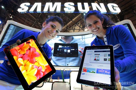 모델들이 삼성 갤럭시탭 10.1을 선보이고 있다
