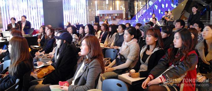 경청하는 참가자들