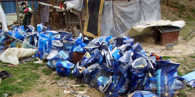 강아지들의 분비물이 들어있는 사료포대가 쌓여잇는 모습
