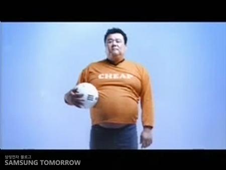축구공을 들고 서있는 뚱뚱한 남자
