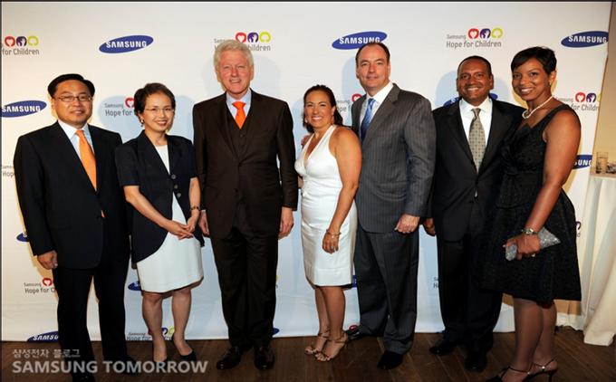 제니퍼 로페즈,마크 앤소니 부부,빌 클린턴 전 대통령, 김양규 대표등 참여한 여러명의 명사들