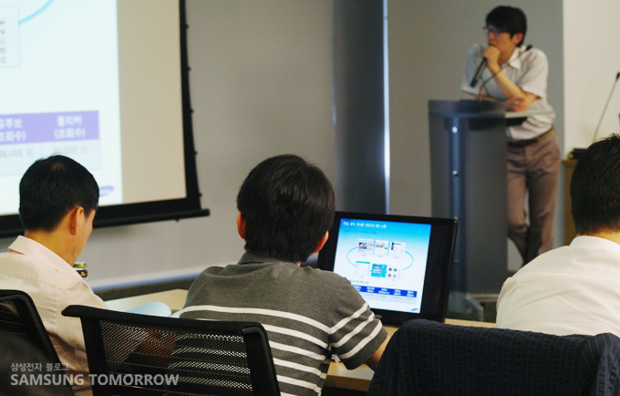삼성전자 온라인 홍보그룹의 김철연 대리의 강의 시간, 참석자가 경청하고 있다