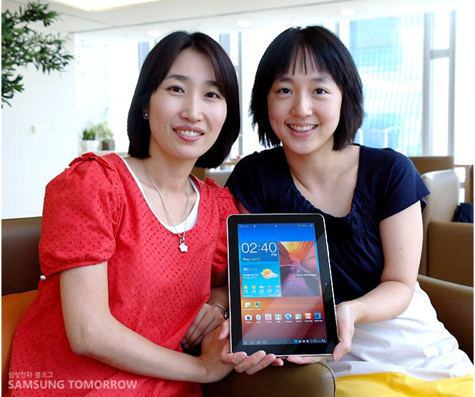 김민경 책임, 이민경 선임이 갤럭시탭 10.1 을 들고 있다