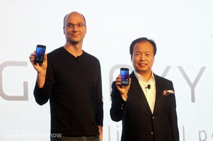 갤럭시를 들고 있는 삼성전자 무선사업부장 신종균 사장과 구글의 앤디 루빈 부사장
