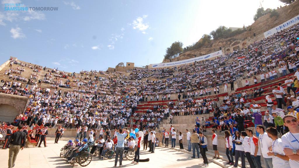 2011 삼성 암만 국제마라톤 참가자들이 모여있다