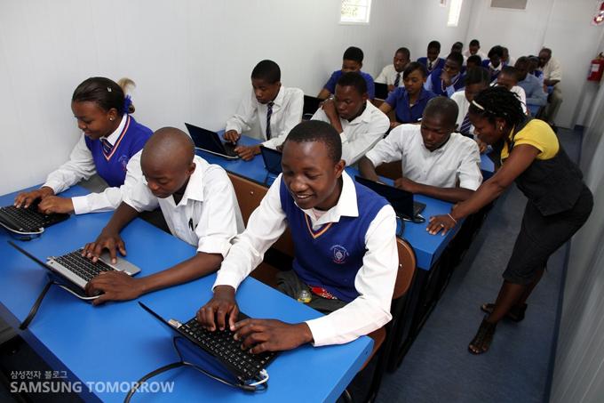 '태양광 인터넷 스쿨'에서 노트북을 하고 있는 아프리카 학생들